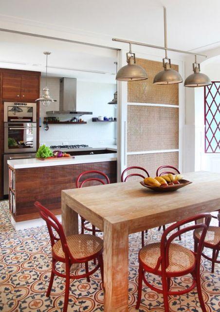 cozinha moderna com piso colorido