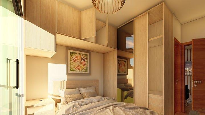 Quarto pequeno simples com armário de madeira e lustre moderno.