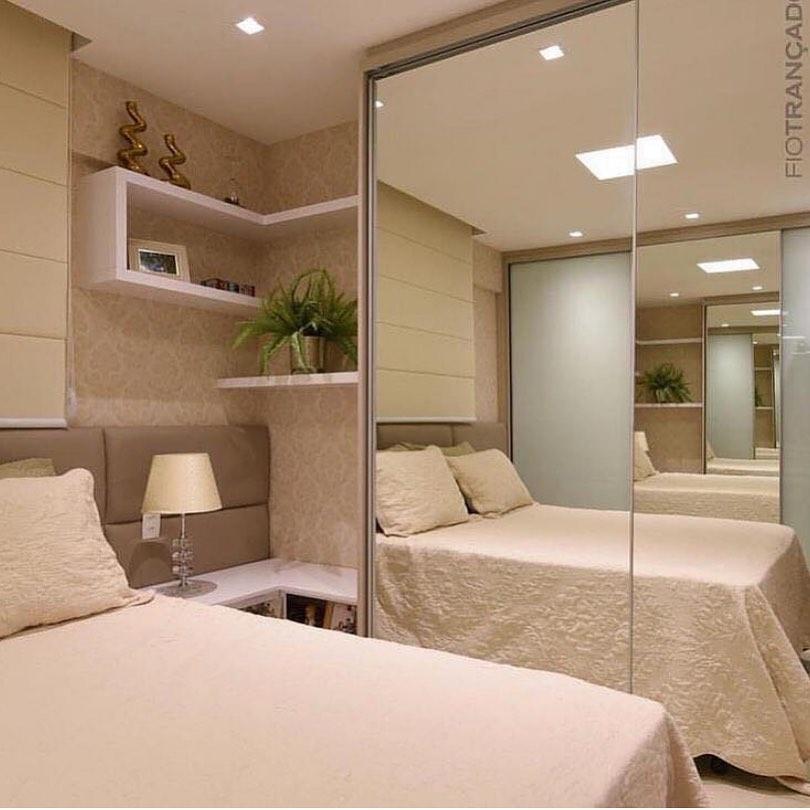 Quarto pequeno luxuoso com armário espelhado e papel de parede decorado.