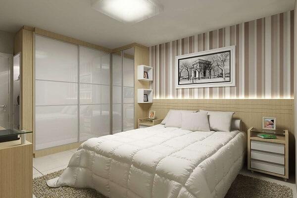 Quarto simples com papel de parede listrado e guarda-roupa planejado de canto.