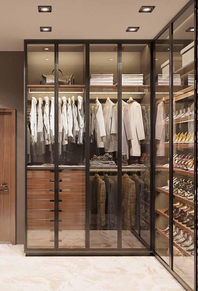Guarda-roupa planejado de canto com portas de vidro.