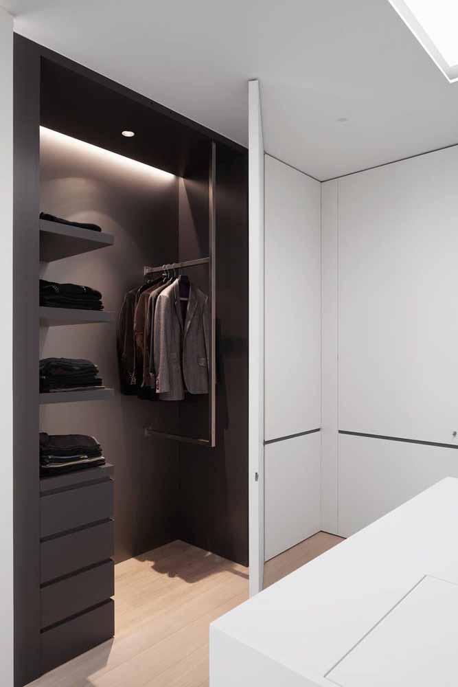 Guarda-roupa planejado de canto com portas brancas e interior preto.