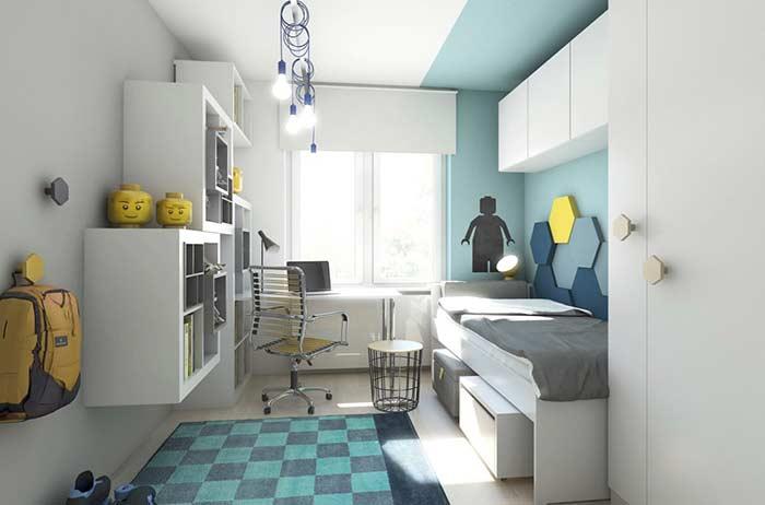 Quarto infantil decorado com lustre moderno e parede azul.
