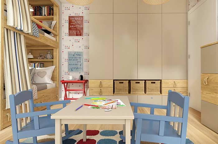 Quarto infantil com beliche e decoração em madeira.