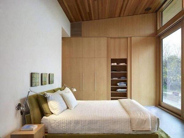 Quarto moderno com decoração minimalista e armários de madeira.