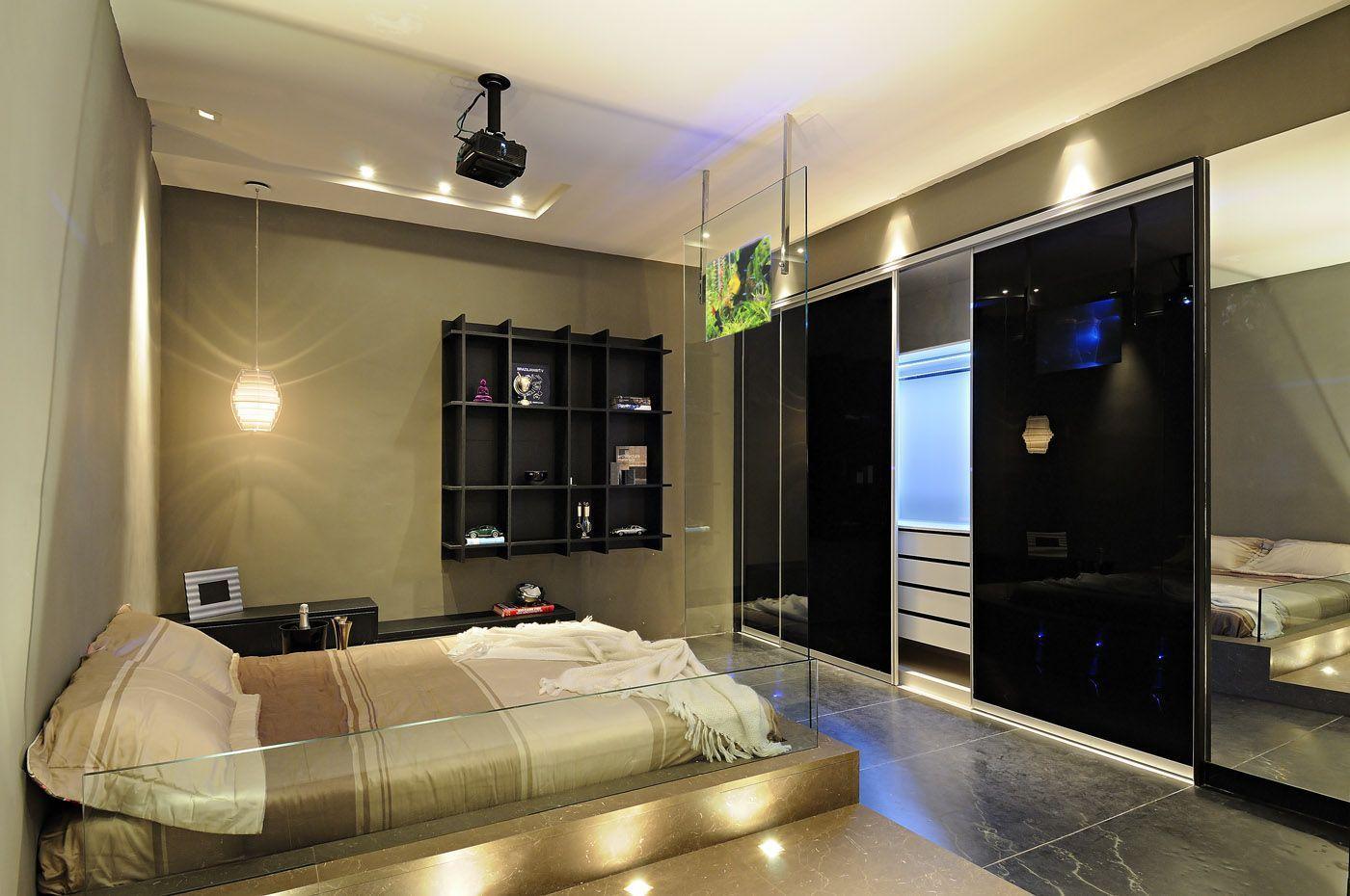 Quarto luxuoso com piso de mármore e acabamento de vidro.