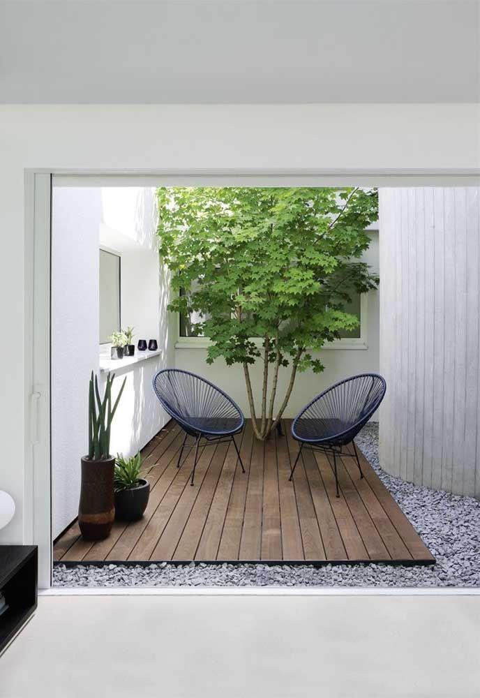 Jardim de inverno com piso de madeira.