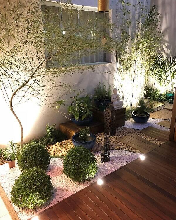Jardim de inverno com seixo rolado e bambu.