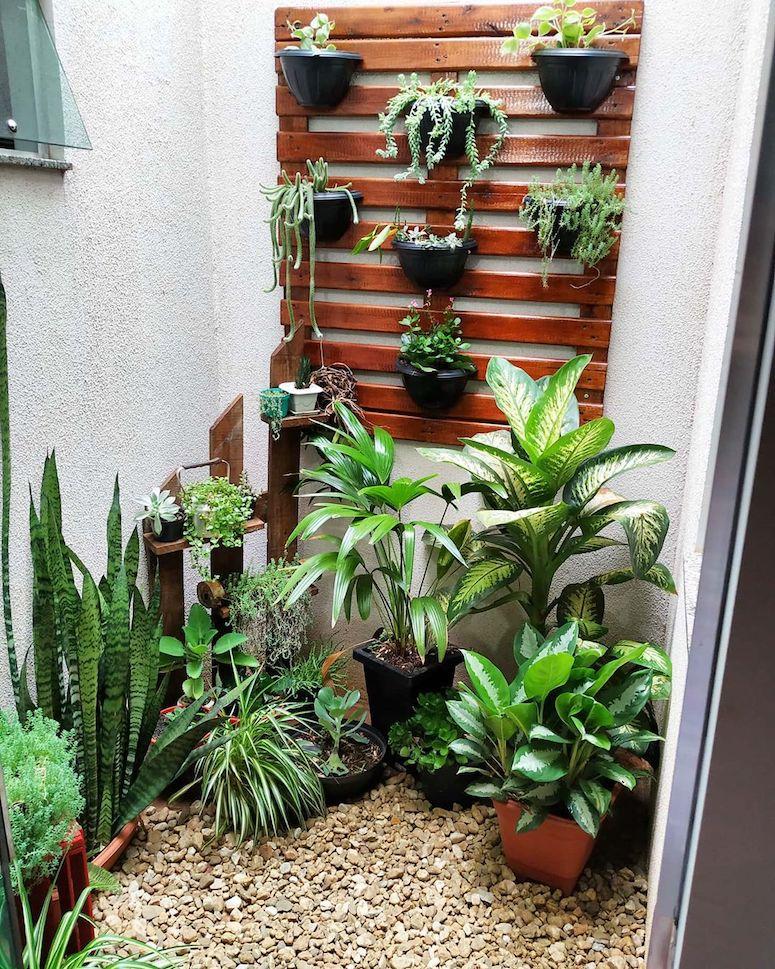 Jardim de inverno com vasos verticais.