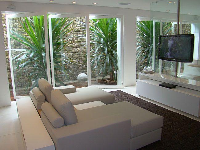 Sala de Tv com poltronas e varanda.