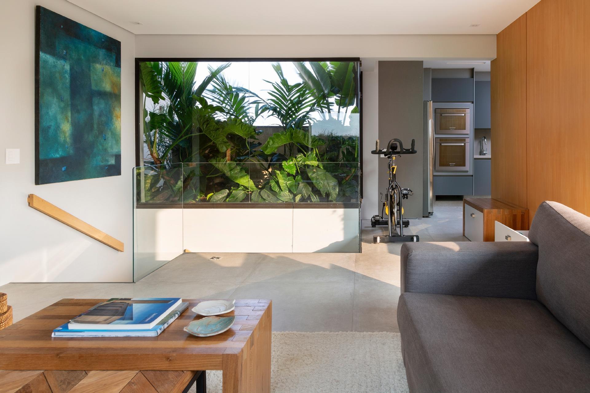 Decoração de sala de estar simples com mesa de centro de madeira.