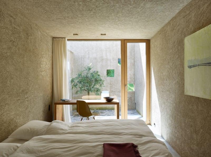 Quarto de casal moderno com design minimalista.