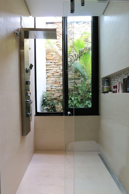 Banheiro com ducha moderna e jardim de inverno.