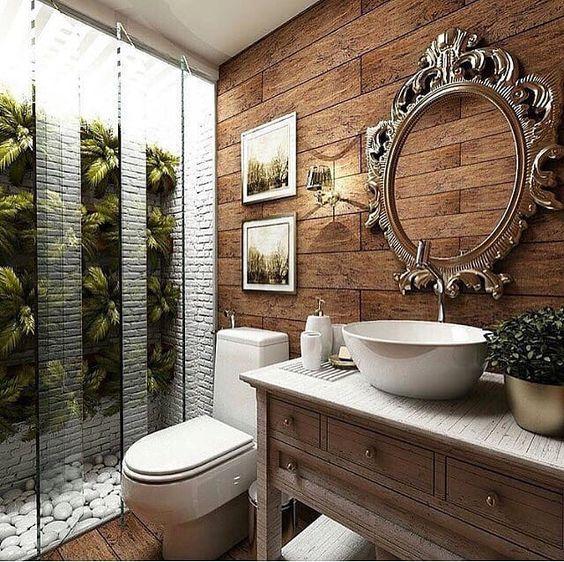 Banheiro luxuoso com azulejo que imita madeira e espelho decorado.