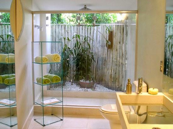 Banheiro clean com jardim de inverno pequeno.