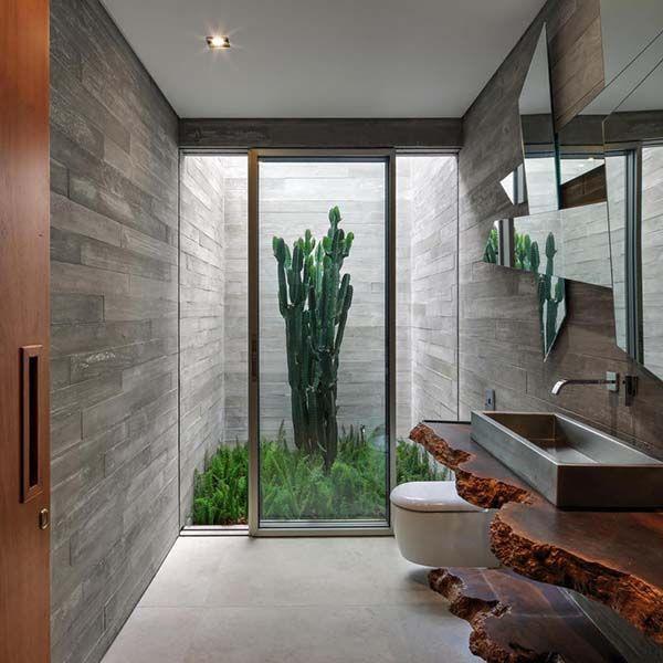 Banheiro moderno com bancada de madeira rústica.