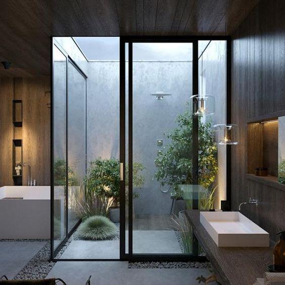 Banheiro moderno com banheiro e jardim de inverno com chuva.