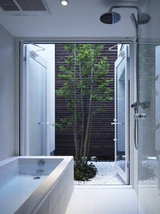 Banheiro luxuoso com banheiro e jardim de inverno pequeno.