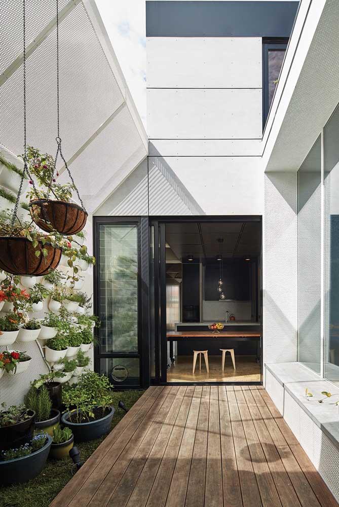 Casa com jardim de inverno pequeno e vertical.