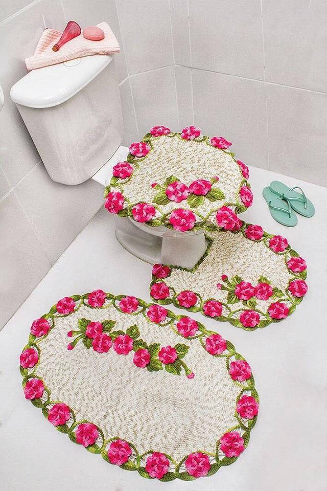 Banheiro simples decorado.