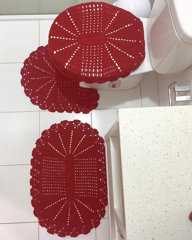 Decoração com tapete vermelho e bancada de granito.