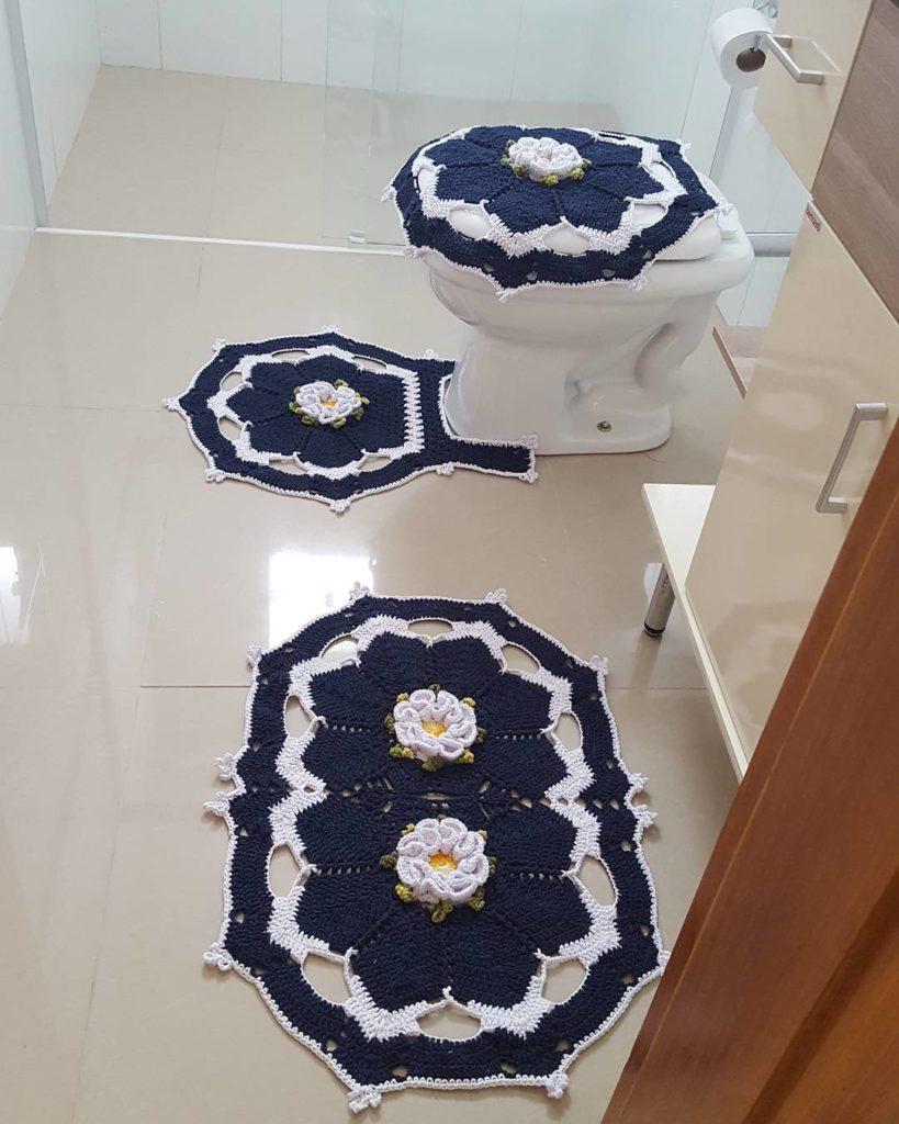 Decoração simples com tapete bordado azul com flores.