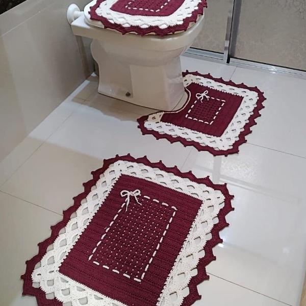 Jogo de banheiro de crochê roxo e branco.
