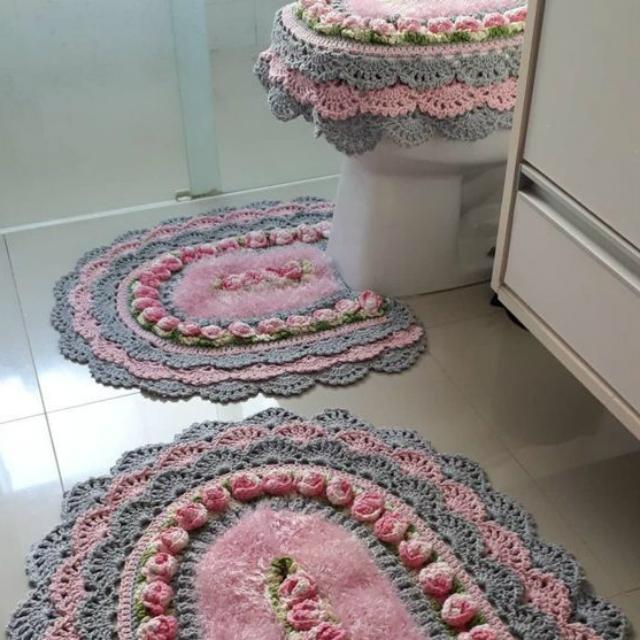 Jogo de banheiro de crochê rendado rosa e cinza.