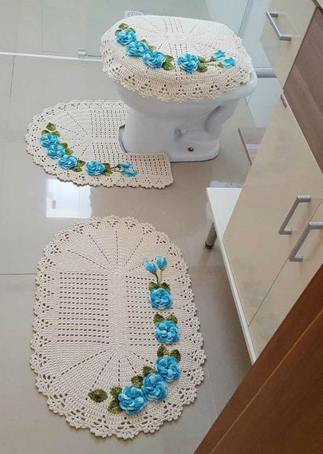 Decoração simples com tapete bordado com flores.