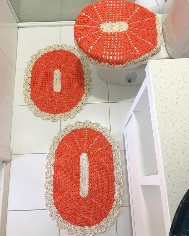 Jogo de banheiro de crochê laranja.
