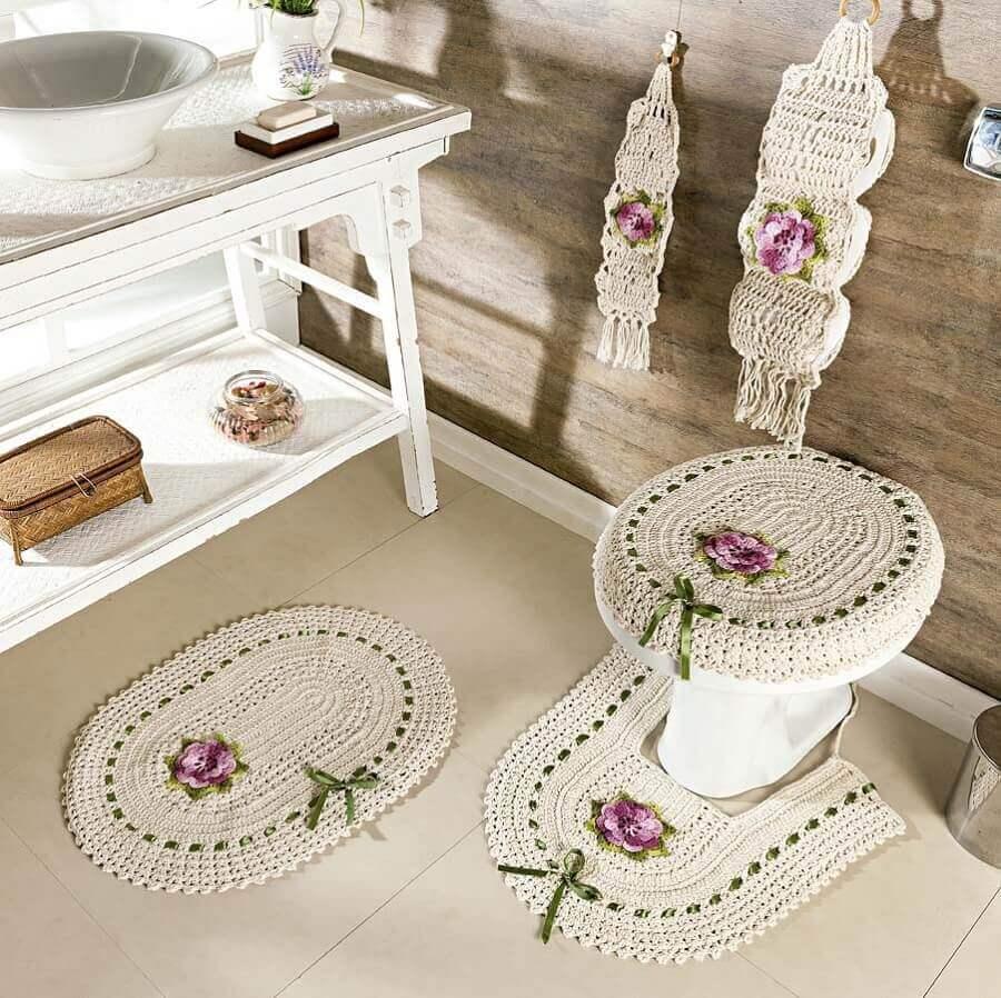 Banheiro rústico com decoração simples e vaso decorado.