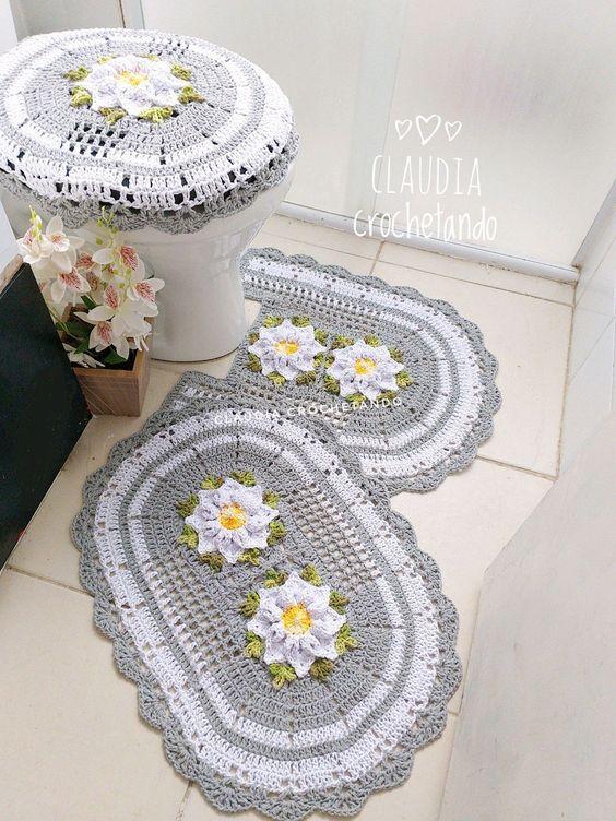 Jogo de banheiro de crochê cinza com flores.