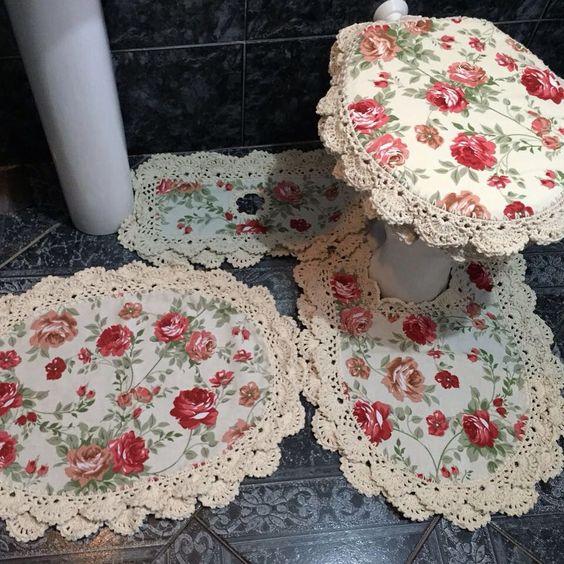 Jogo de banheiro de crochê rendado com flores.