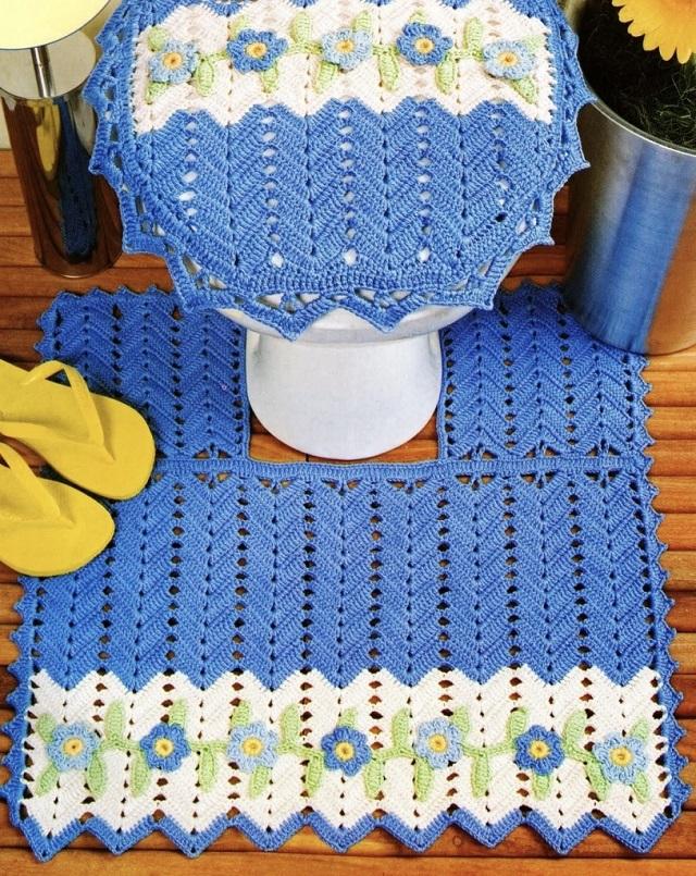 Vaso sanitário decorado com tapete azul bordado.