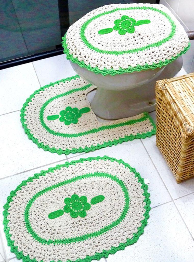 Jogo de banheiro de crochê branco e verde.