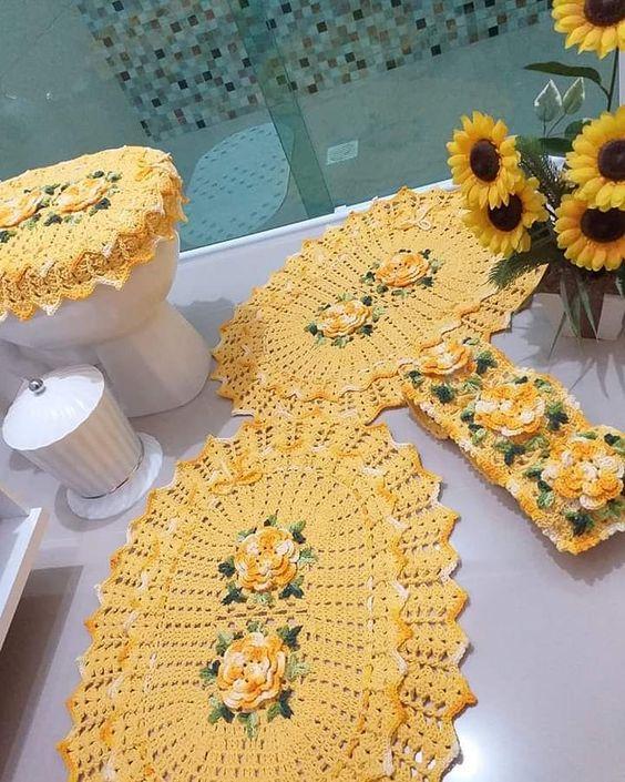Decoração simples com tapete e protetor de papel higiênico bordado.