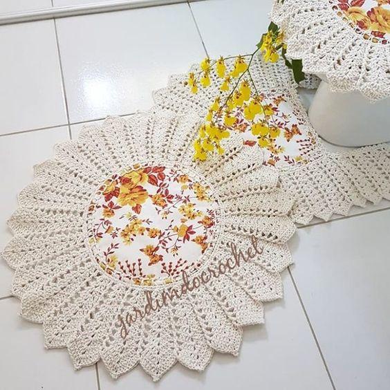 Jogo de banheiro de crochê na forma de flor.