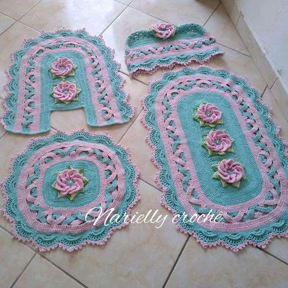 Jogo de banheiro de crochê azul e rosa.