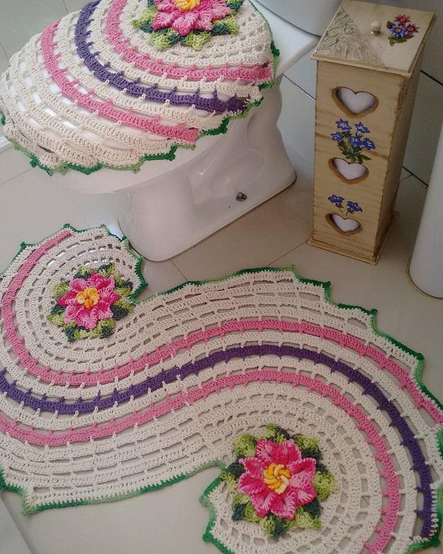 Decoração com tapete bordado colorido.