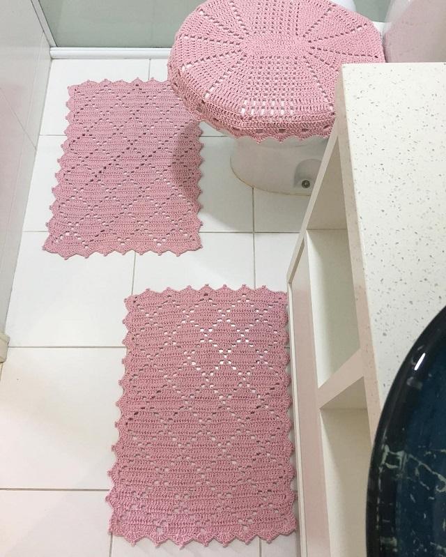 Jogo de banheiro de crochê rosa.