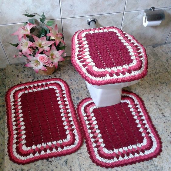 Jogo de banheiro de crochê vermelho e rosa quadrado.