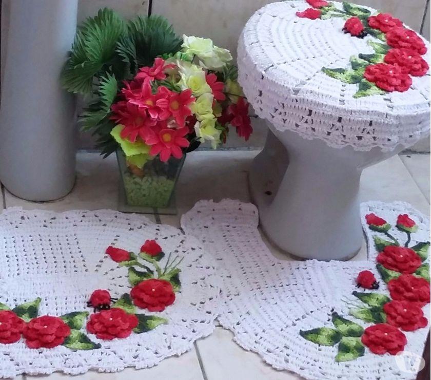 Jogo de banheiro de crochê simples com flores vermelhas.