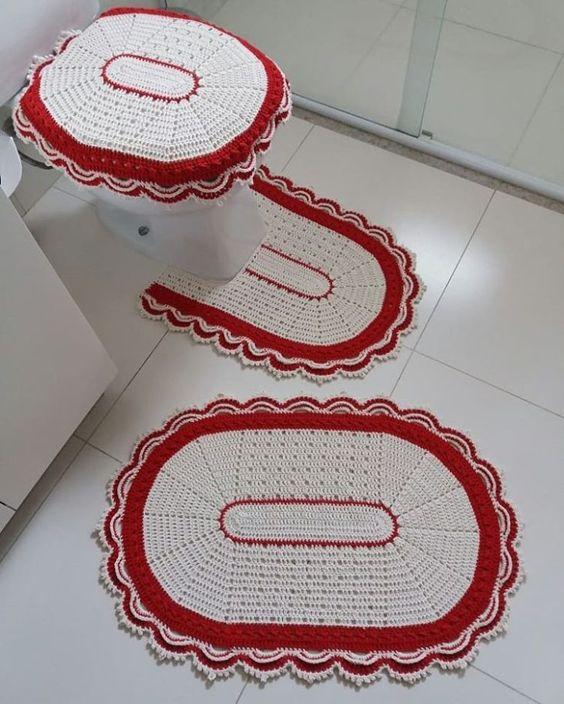 Jogo de banheiro de crochê branco e vermelho.