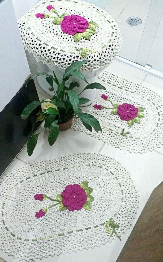 Vaso sanitário com capa e tapete bordado.