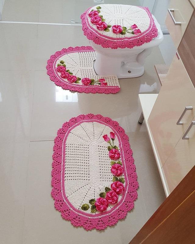 Jogo de banheiro de crochê branco e rosa.