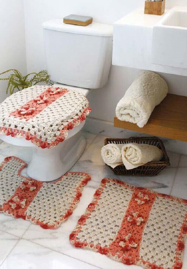 Vaso sanitário com capa e tapete quadrado bordado.