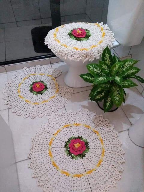 Jogo de banheiro de crochê branco redondo.