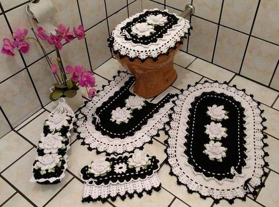 Jogo de banheiro de crochê preto e branco com flores.