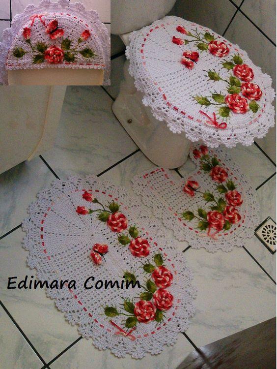 Jogo de banheiro de crochê branco com rosas vermelhas.