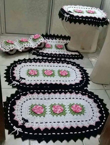 Jogo de banheiro de crochê branco e preto com flores.